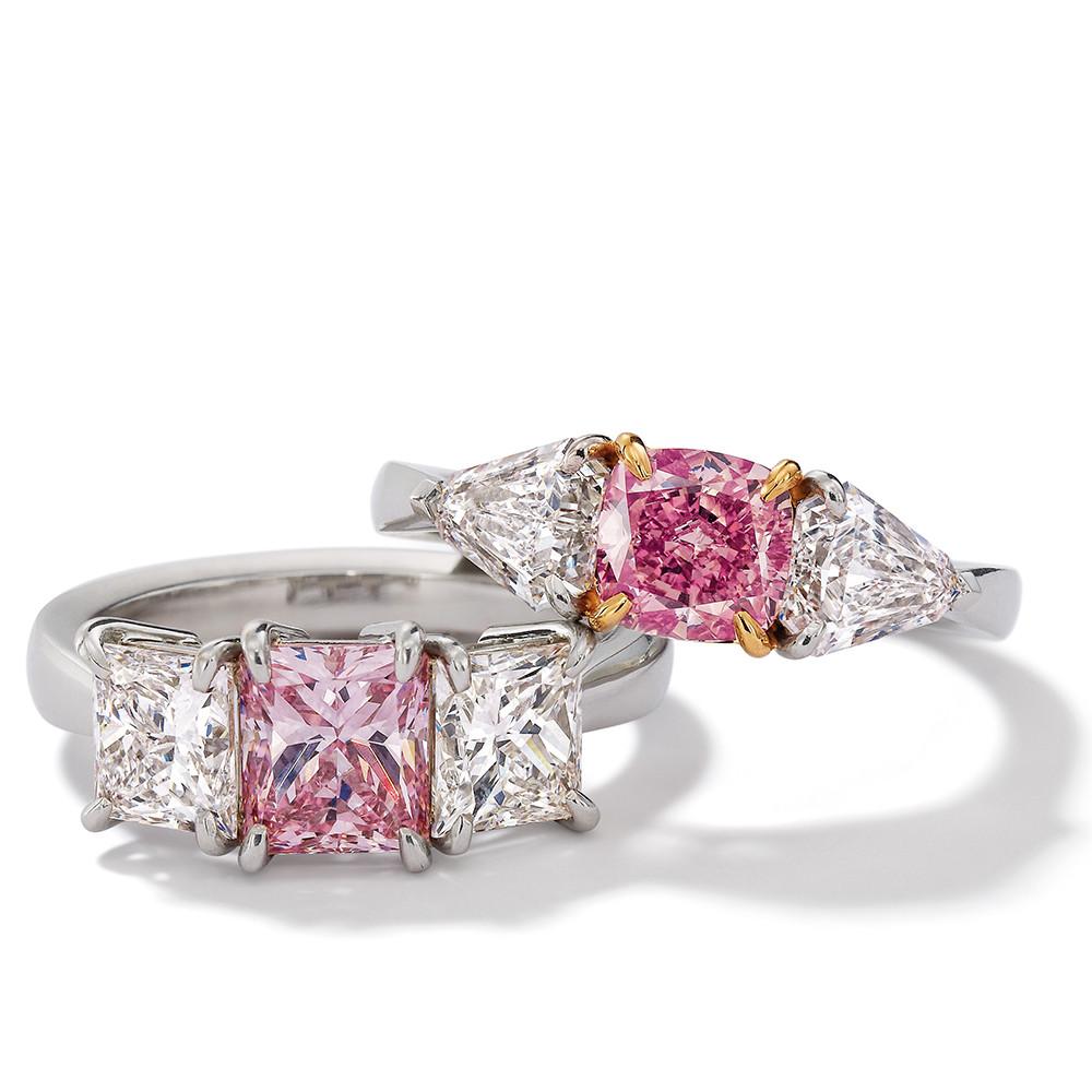 Ringe in 950 Platin mit Fancy Intense Pink und weißen Diamanten. Erhältlich in verschiedenen Größen.